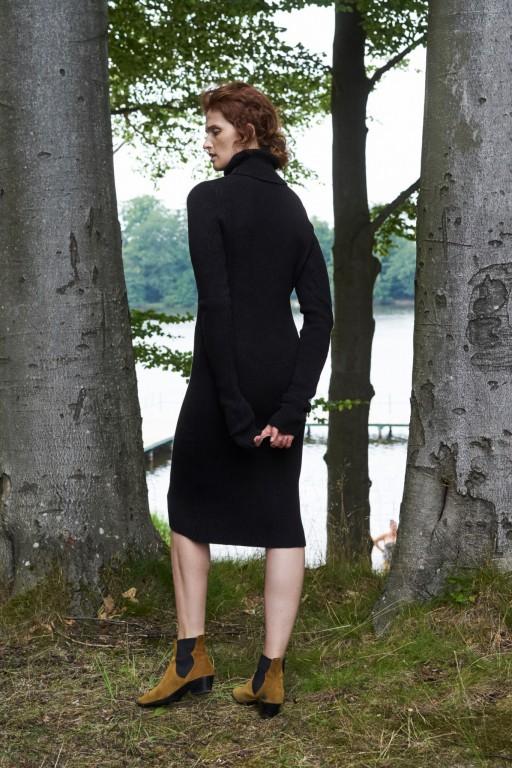 Sukienka tuba z golfem, czarna