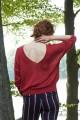 Delikatny z dekoltem na plecach, czerwony