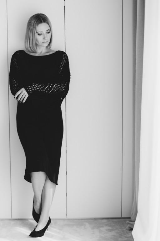 Sukienka z ażurowymi rękawami, czarna