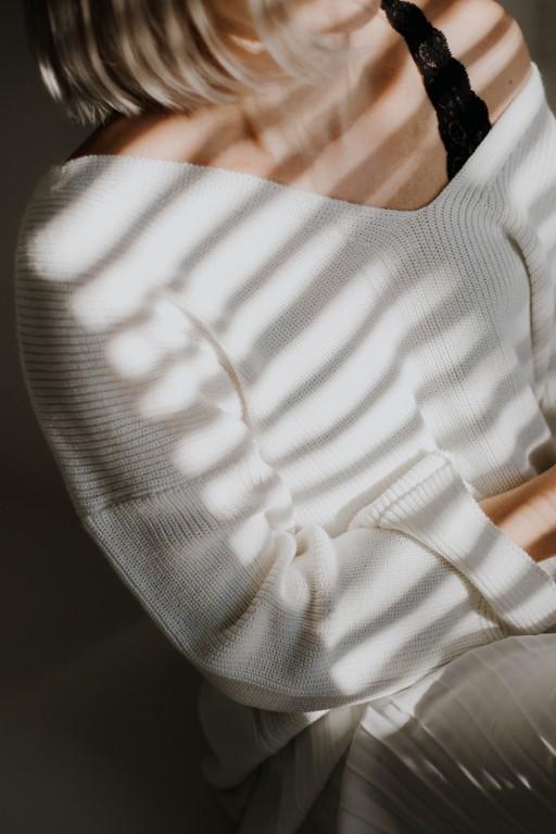Sweter z dekoltem w szpic i szerokimi rękawami, écru