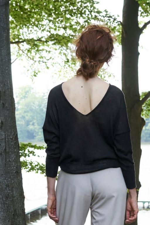 Delikatny z dekoltem na plecach, czarny