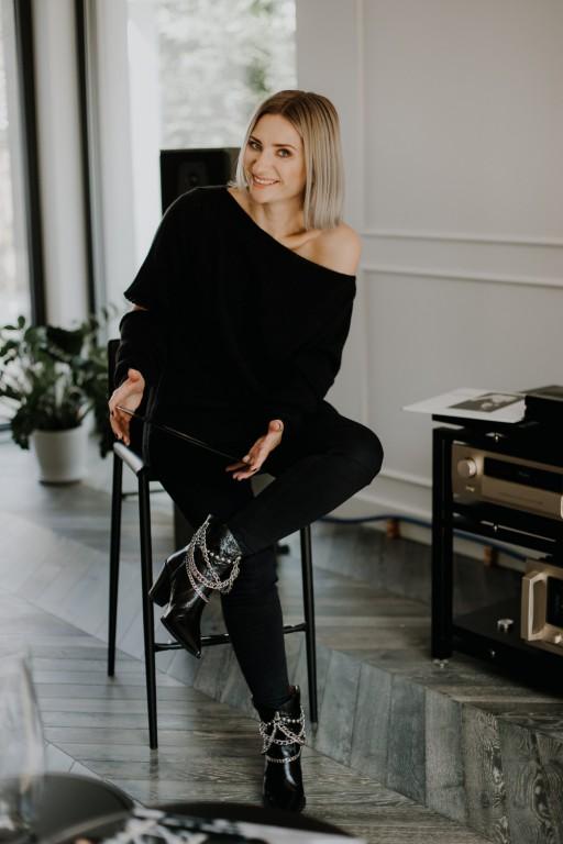 Sweter z pęknięciami na rękawach, czarny