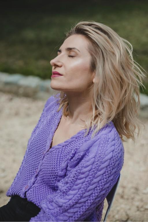 Bawełniany sweter z warkoczami i guzikami, różowy