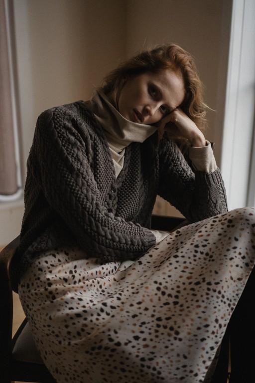 Bawełniany sweter z warkoczami i guzikami, mokka