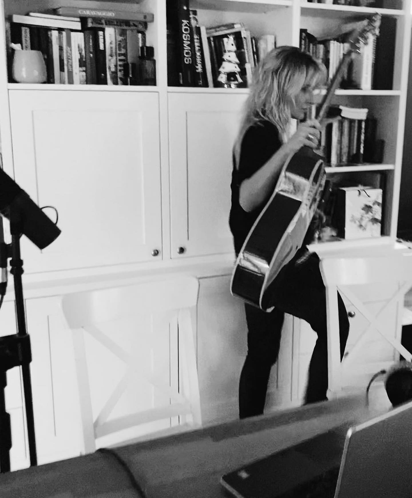 Czarny sweter z golfem na wiosnę! Jeśli ma extra dekolt na plecach - czemu nie! Patrycja Markowska nosi go w jej niezaprzeczalnie rockowym stylu ⚡️⚡️⚡️ Kocham 🖤🖤🖤 ———————— #Bienkovska #black #blackandwhite #patrycjamarkowska #singer #rockstyle #blackknit #golf #dekoltnaplecach #odkryteplecy #musician #polishsinger #polishgirl #powergirl #kobietarakieta ⚡️⚡️⚡️