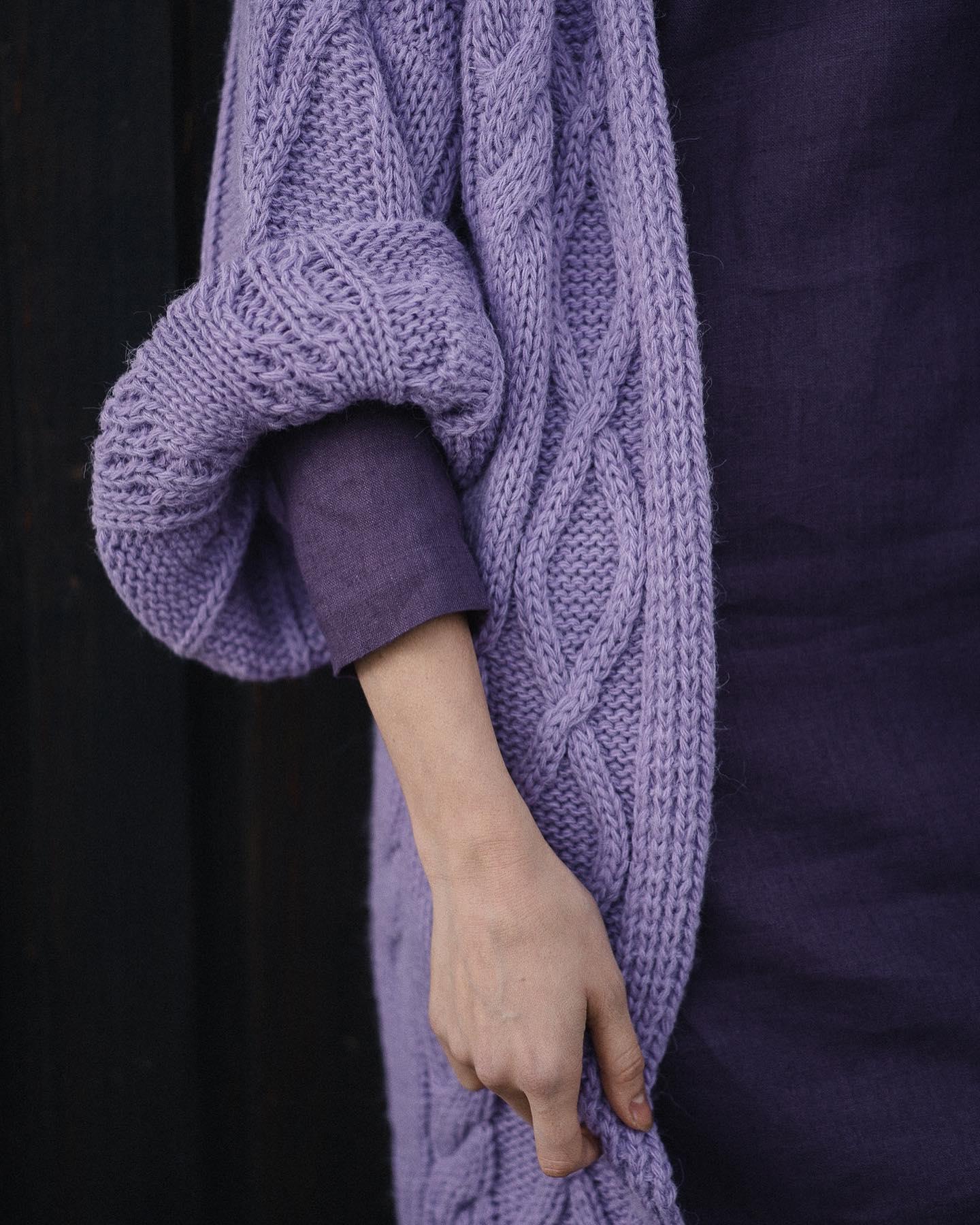 Sweter na lata! Zwłaszcza w naszym umiarkowanym klimacie - sprawdza się o każdej porze roku 💜💜💜 Lubicie go, wiem. Wystąpił gościnnie w sesji u @natulaclothing Dziękuję i zapraszam 💋