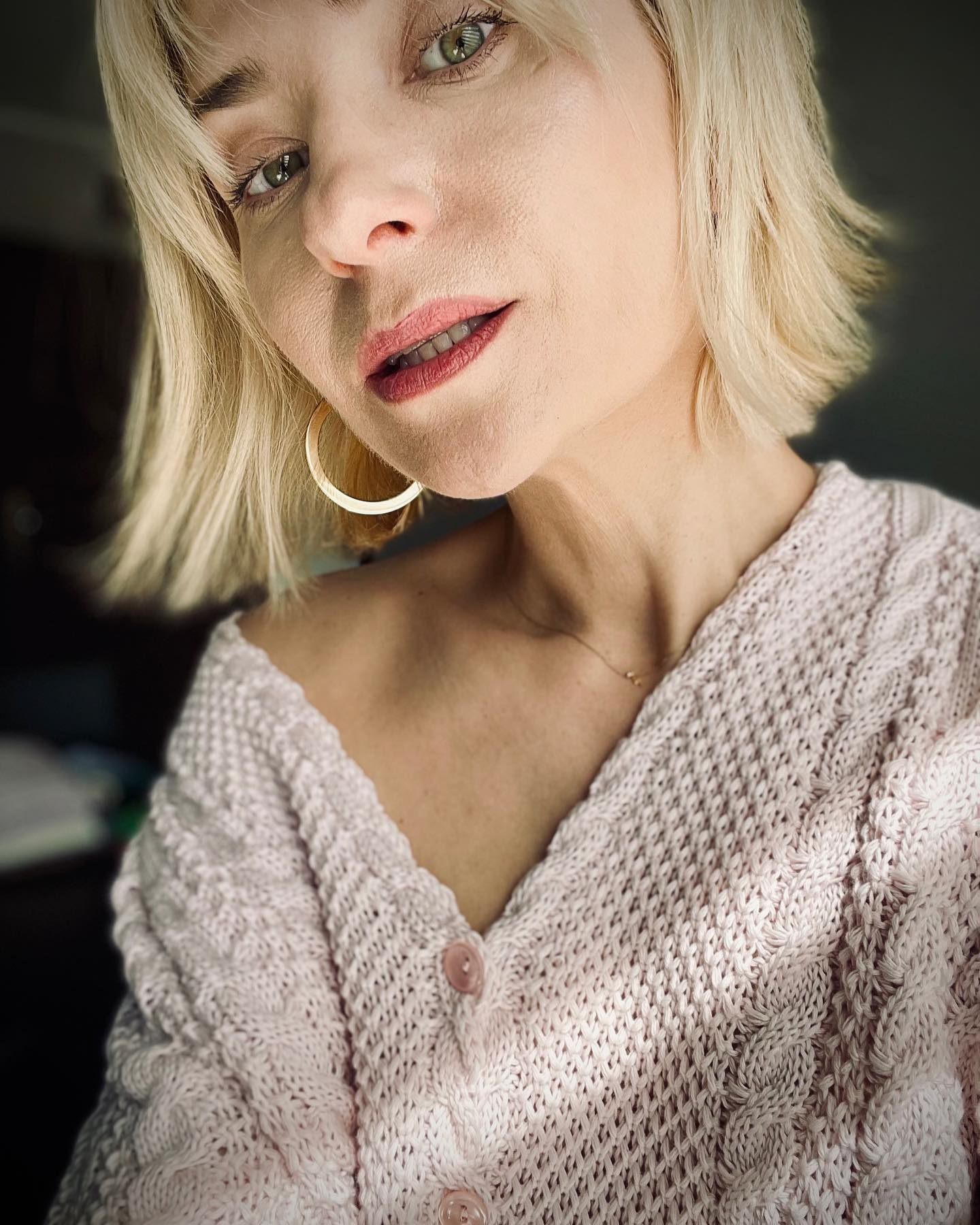 W poszukiwaniu promieni słońca… Lubię delikatny róż 🌸🌸🌸   #Bienkovska #MilenaBienkowska #me #polskakobieta #róż #sweter #promieniesłońca #kolczyki @aniakruk_jewellery #knit #cotton #knitwear #kochamswetry #influencer #woman #designer #model #blondehair #prgirl #zdjęciednia #selfie #selfcare #selflove #selfacceptance 💫✨⚡️
