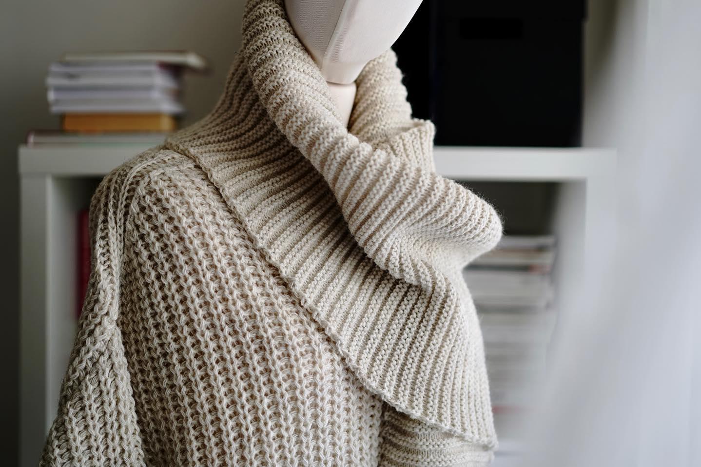 Sweter i szal z tej samej przędzy. Piękny #monolook 🤍 Ciepło, miękko, subtelnie…  _______________ #bienkovska #knitwear #swetry #szale #dziewiarstwo #wełna #alpaka #kochamswetry #polskieswetry #madeinpoland #madeineurope #rodzinnafirma #wemadeyourclothes #fairtradefashion #slowfashion #designer #me #milenabienkowska #blondgirl #woman #mystyle #lifestyle #slowlifestyle #wspierampolskiemarki #polskiprodukt #subtelnieświadomiekobieco #lubięsięunosić #kochammojąpracę 🍂🍂🍂