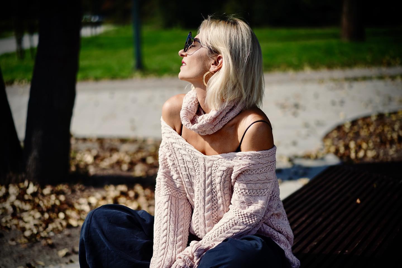 Jesień idzie… Chcę jak najdłużej emanować moim hiszpańskim słońcem! Dlatego odsłaniam opalone ramiona. Lubię takie dekolty. Są bardzo zmysłowe… Mam nadzieję, że Wam również się podobają ⚡️⚡️⚡️