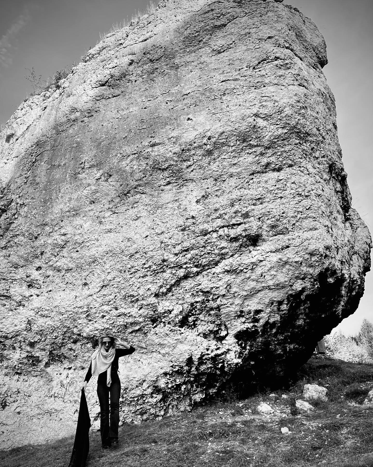 Lubię czuć się filigranowa. Dlatego sfotografowałam się przy dużym kamieniu 🙃🙃🙃 ————— #Bienkovska #LubięSięUnosić #me #blackandwhite #slowfashion #slowlife #mylife #myjob #knitwear #jurakrakowskoczestochowska #ogrodzieniec #zamek #skałki